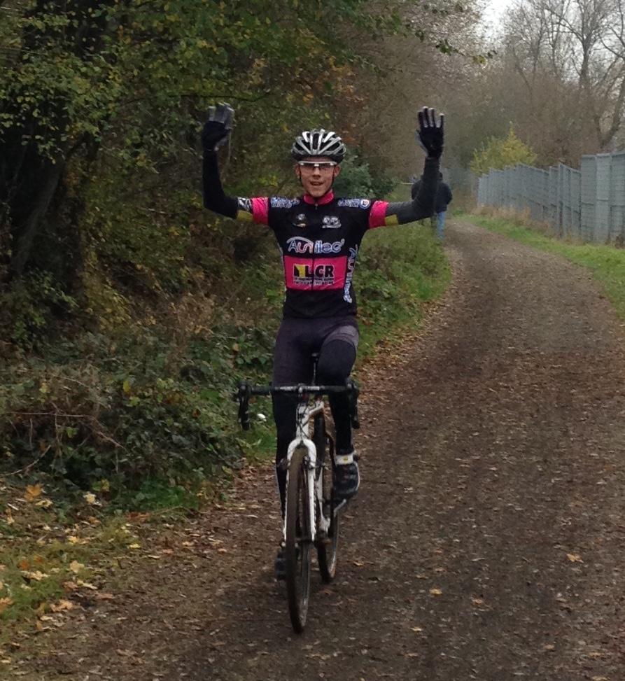 Au Cyclo cross de Neuves Maisons superbe victoire de Pierre Valentin (VC Hettange Grande) chez les Juniors – Le Classement complet